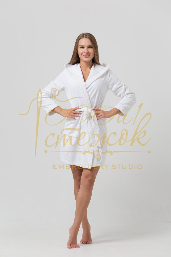 Женский укороченный халат с капюшоном категории «Премиум Россия» с именной вышивкой (Белый)