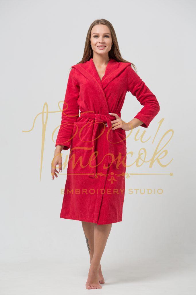 Женский халат с капюшоном категории «Премиум Россия» с именной вышивкой (Красный)